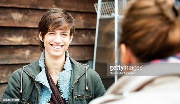 Lebhafte junge Frau Porträt im Herbst im Freien