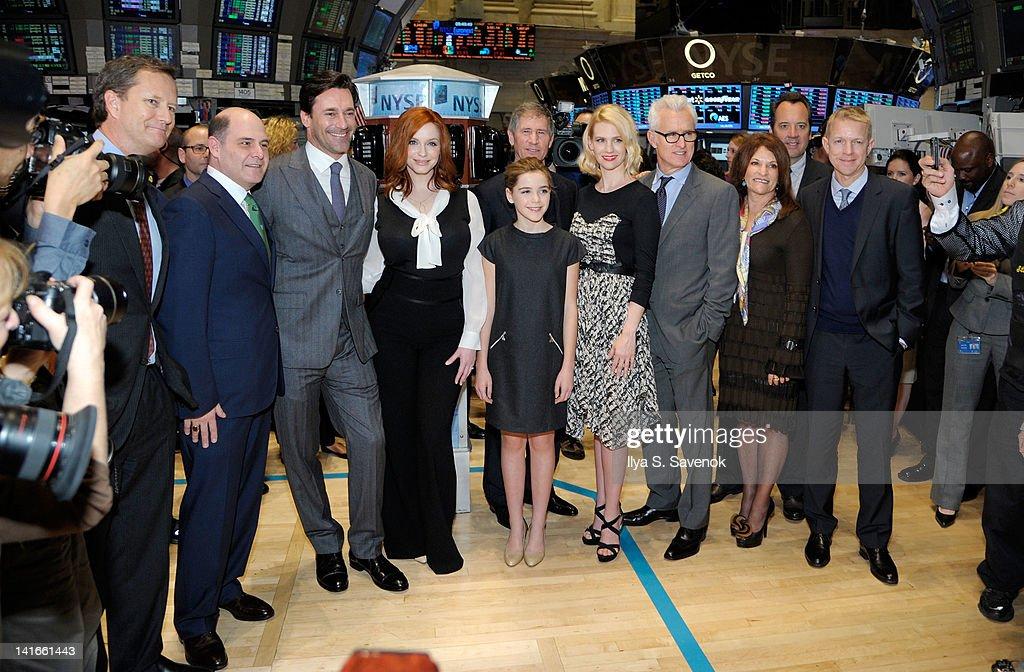 "Cast Of ""Mad Men"" Rings The New York Stock Exchange Opening Bell : Fotografia de notícias"