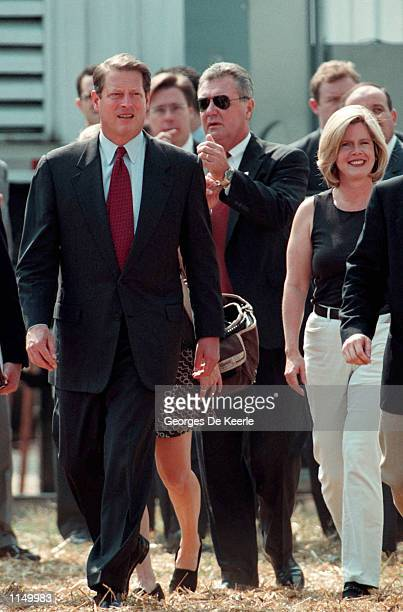 Vice President Al Gore and wife Tipper lead thousands of cancer survivors patients and their loved ones on the National Mall September 26 1998 for...