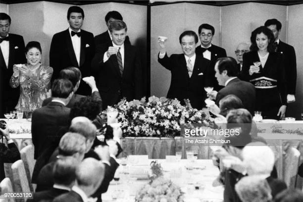 US Vice President Dan Quayle and Japanese Prime Minister Toshiki Kaifu toast glasses during the dinner at the prime minister's official residence on...