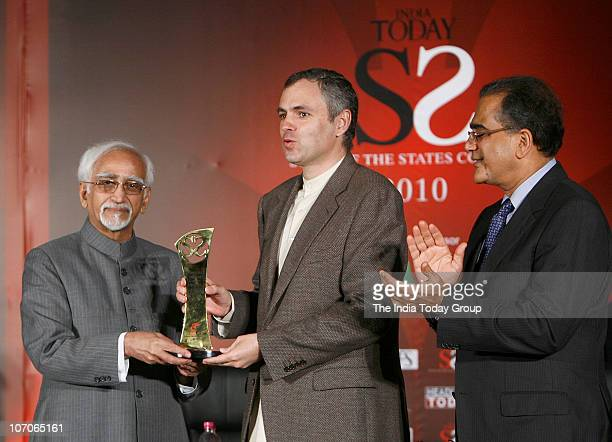 Vice President Hamid Ansari presenting a trophy to Jammu and Kashmir Chief Minister Omar Abdullah during India Today State of the States Conclave...