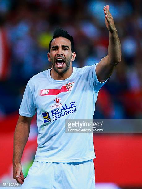 Vicente Iborra of Sevilla FC protests during the Copa del Rey Final match between FC Barcelona and Sevilla FC at Vicente Calderon Stadium on May 22...