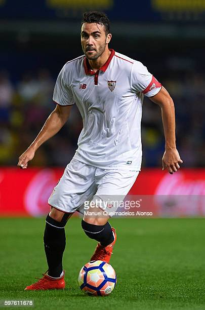 Vicente Iborra of Sevilla runs with the ball during the La Liga match between Villarreal CF and Sevilla FC at El Madrigal on August 28 2016 in...