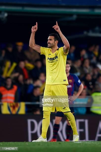 Vicente Iborra of Villarreal celebrates after scoring his sides first goal during the La Liga match between Villarreal CF and FC Barcelona at Estadio...