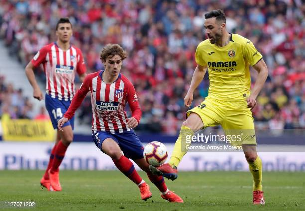 Vicente Iborra of Villarreal controls the ball under pressure from Antoine Griezmann of Atletico Madrid during the La Liga match between Club...