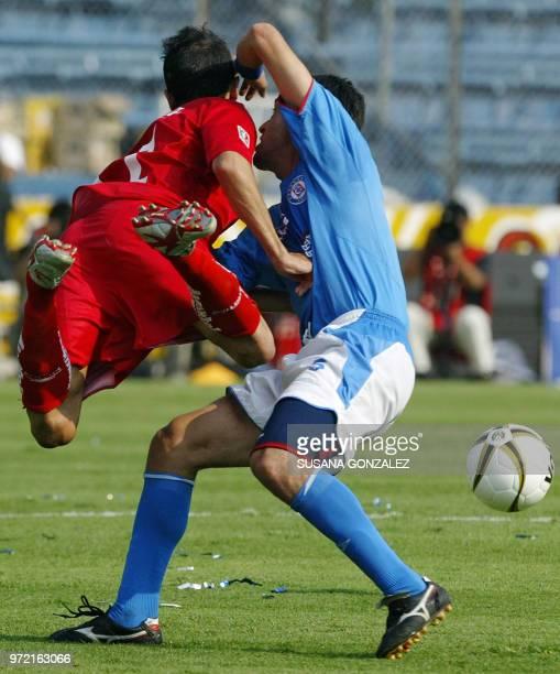 Vicente Sanchez de Toluca disputa el balón con Denise Caniza de Cruz Azul en partido correspondiente a cuartos de final del Torneo Clausura 2006 del...