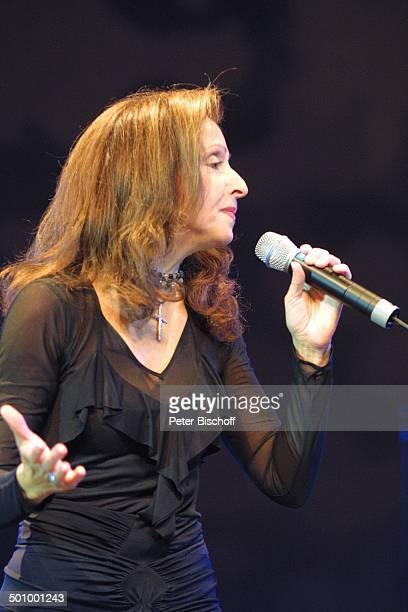 Vicky Leandros 'Die grosse WDR 4SchlagerStarparade' Oberhausen Sängerin Auftritt Bühne Mikrophon Promi PNr1099/2003 HS Foto PBischoff/CD