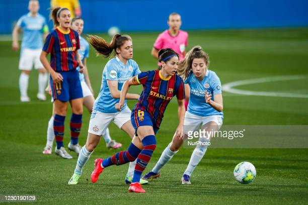 Vicky Losada of FC Barcelona defended by two PSV players during the UEFA Champions League Women match between PSV v FC Barcelona at the Johan Cruyff...