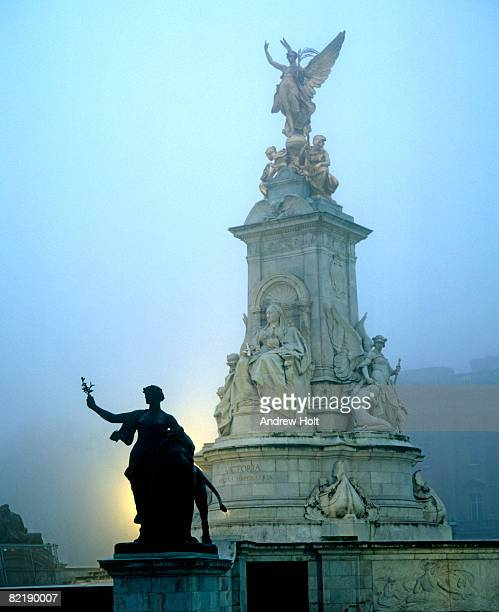 vicotrial memorial - buckingham palace stock pictures, royalty-free photos & images