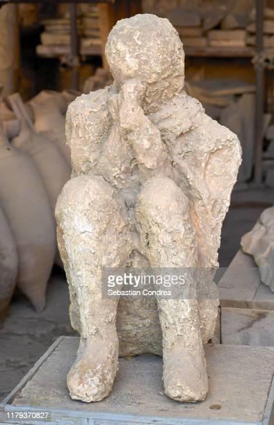 victim covered in ash, pompeii, naples, travel in italy. - 緊急避難所 ストックフォトと画像