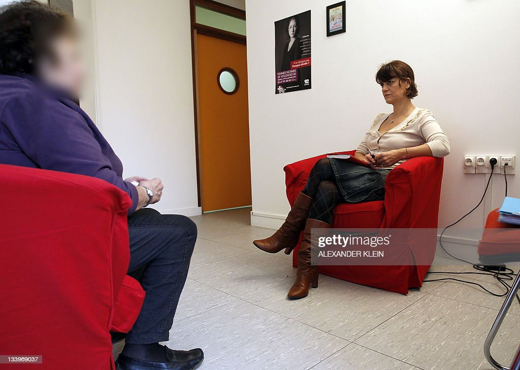 A victim of violence (L) speaks with a p : News Photo