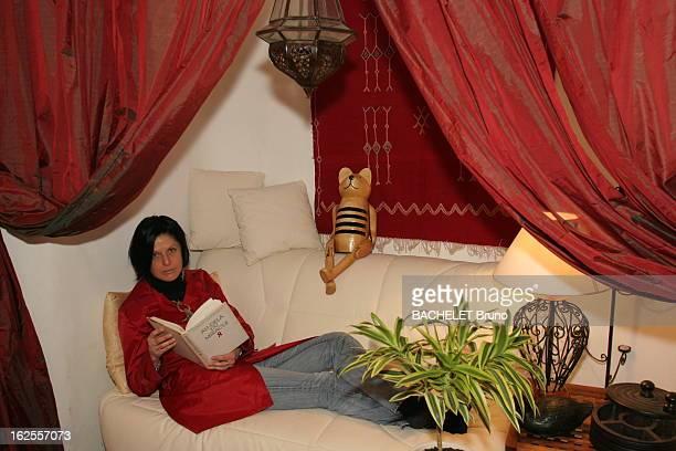 Victims Of Aids Elsa 32 ans contaminée par le virus du Sida en 1995 suit une trithérapie la jeune femme lisant un livre d'espoir d'un médecin...
