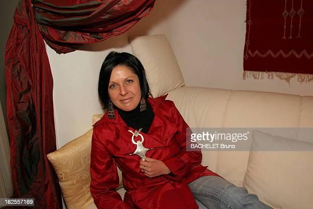 Victims Of Aids Elsa 32 ans contaminée par le virus du Sida en 1995 suit une trithérapie attitude souriante de la jeune femme allongée sur un sofa...