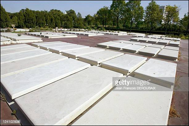 Victims of the heatwave In Thiais France On August 25 2003 Free 5year concessions for poor deceased people at Thiais cemetery