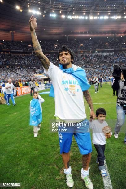 Victoire de marseille Lucho GONZALEZ et son fils Marseille / Montpellier Finale de la Coupe de la Ligue 2011 Stade de France
