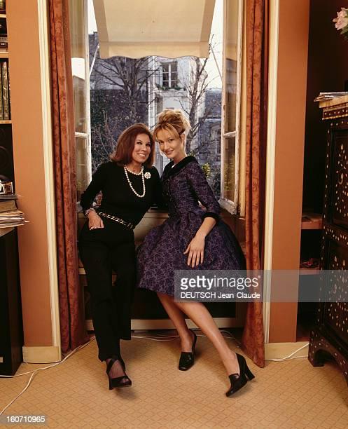 Victoire Receiving Karen Mulder At Home In Paris A Paris chez elle VICTOIRE posant assise sur un rebord de fenêtre avec Karen MULDER