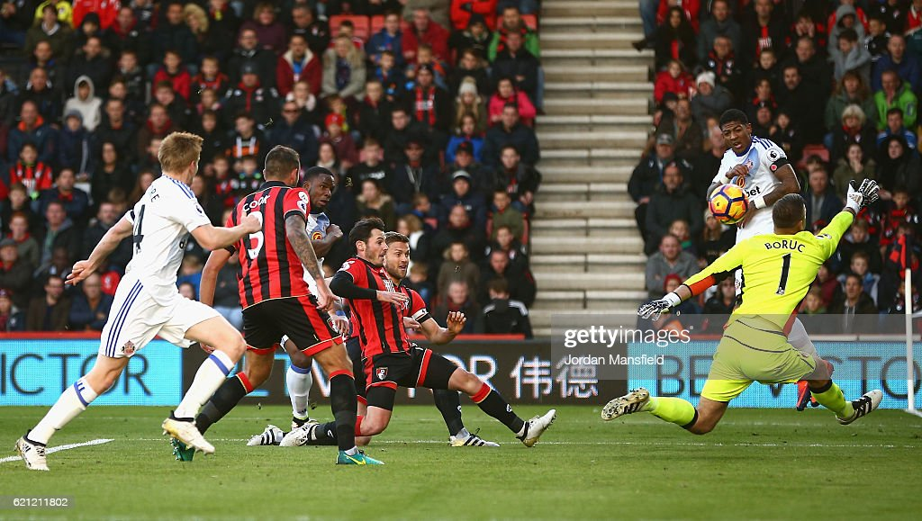 Victor Anichebe of Sunderland (C) scores his sides first goal past Artur Boruc of AFC Bournemouth (R) during the Premier League match between AFC Bournemouth and Sunderland at Vitality Stadium on November 5, 2016 in Bournemouth, England.