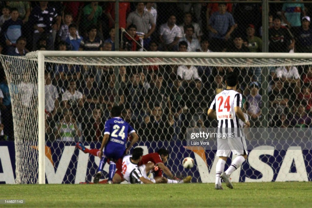 Victor Caceres (C) from Libertad, makes a goal during a match between Libertad and U.de Chile as part of the Copa Libertadores 2012 at Dr. Nicolas Leoz Stadium on Mayo 16, 2012 in Asunción, Paraguay.