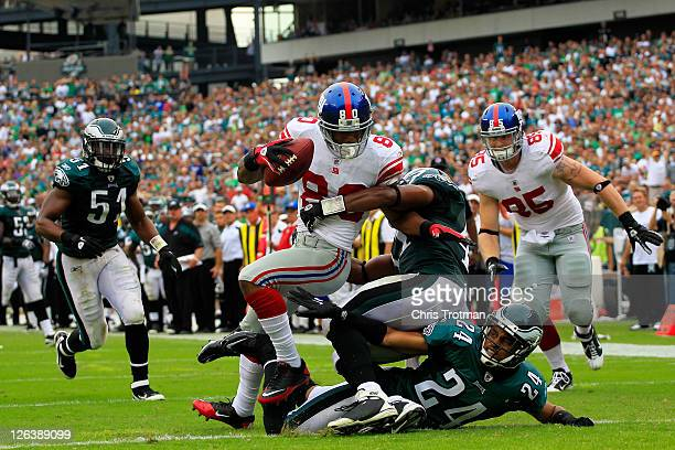 Victor Cruz of the New York Giants catches a 28 yard touchdown pass in the fourth quarter over Nnamdi Asomugha and Jarrad Page of the Philadelphia...