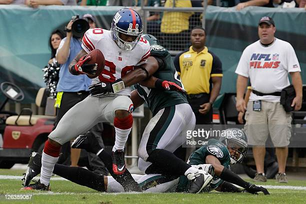 Victor Cruz of the New York Giants scores a touchdown against Jarrad Page of the Philadelphia Eagles and Nnamdi Asomugha during the fourth quarter at...