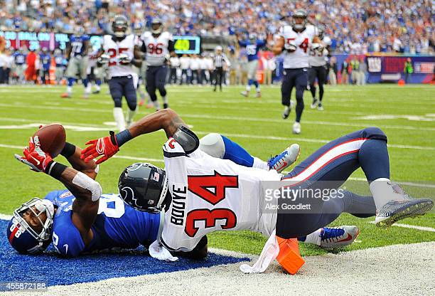 Victor Cruz of the New York Giants scores a touchdown againt the defense of AJ Bouye of the Houston Texans in the second quarter at MetLife Stadium...