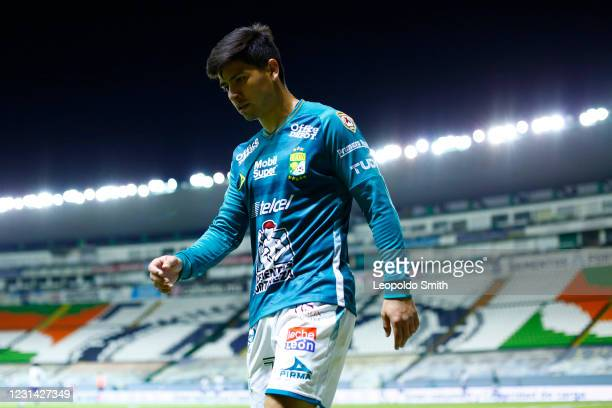 Victor Davila of Leon leaves the field after the first time during the 8th round match between Leon and Cruz Azul as part of the Torneo Guard1anes...