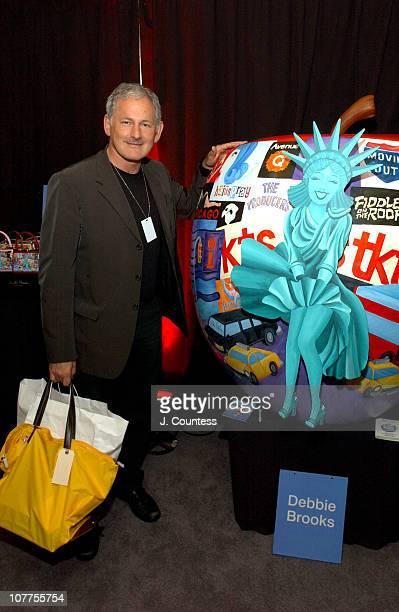 Victor Garber signs the Debbie Brooks Big Apple sculpture
