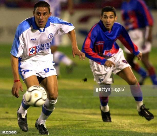Victor Gutierrez of Cruz Azul of Mexico eludes Jorge Campos of Cerro Porteno de Paraguay 10 May 2001 in Asuncion Paraguay Victor Gutierrez de Cruz...