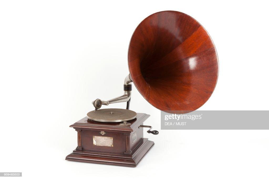 Victor IV gramophone, 1906 : News Photo
