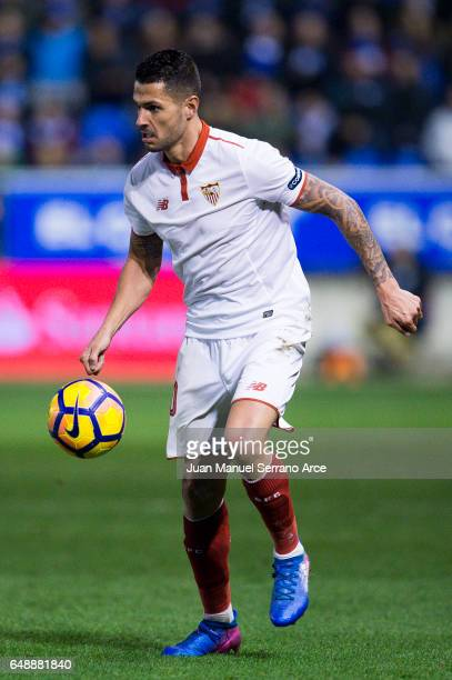 Victor Machin Perez 'Vitolo' of Sevilla FC controls the ball during the La Liga match between Deportivo Alaves and Sevilla FC at Mendizorroza stadium...