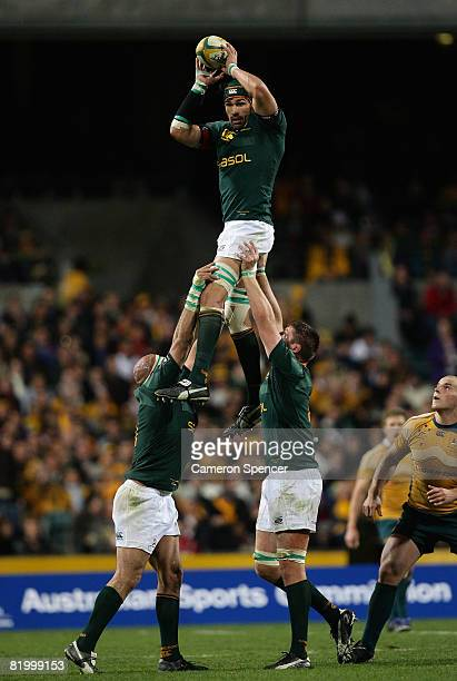 Victor Matfield of the Springboks takes a lineout ball during the 2008 Tri Nations series match between the Australian Wallabies and the South...
