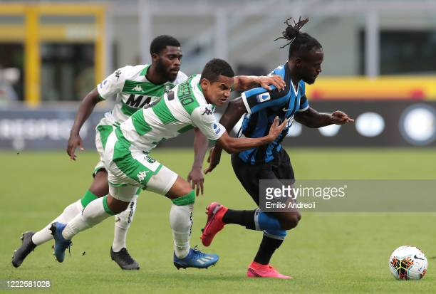 Victor Moses of FC Internazionale is challenged by Rogerio of US Sassuolo during the Serie A match between FC Internazionale and US Sassuolo at...