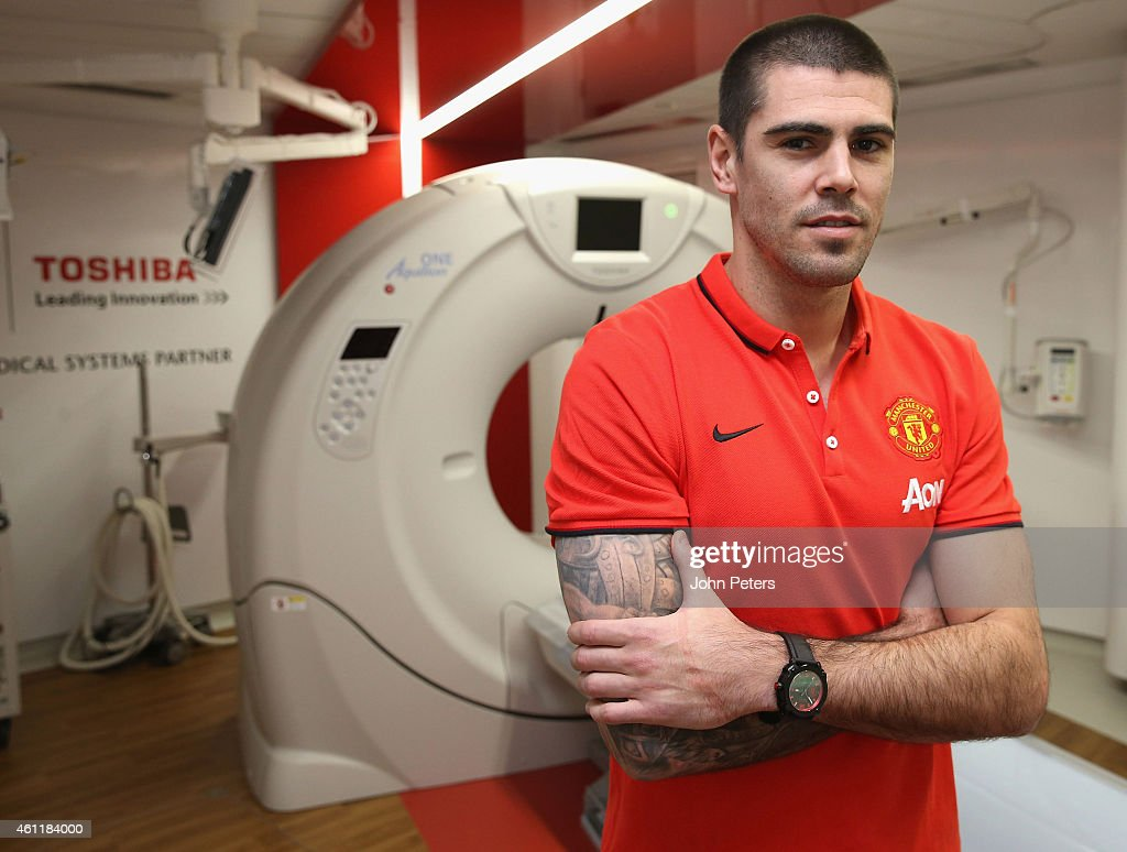 Manchester United Unveil New Signing Victor Valdes : News Photo
