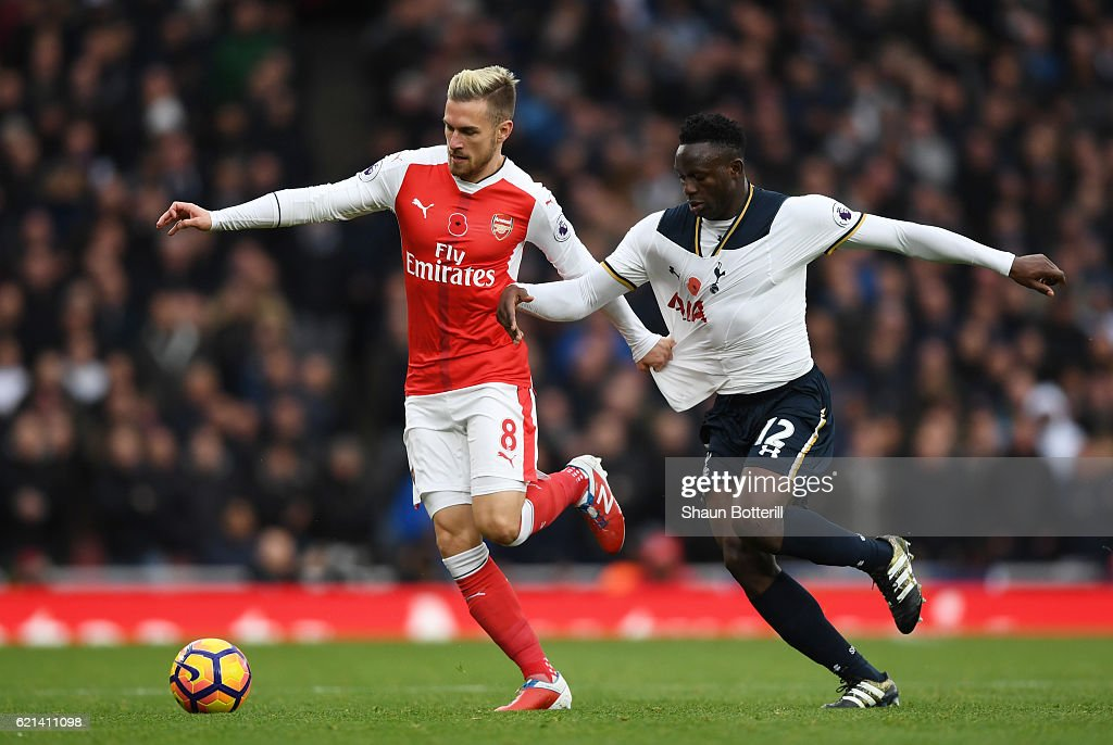 Victor Wanyama of Tottenham Hotspur closes down Aaron Ramsey of Arsenal during the Premier League match between Arsenal and Tottenham Hotspur at Emirates Stadium on November 6, 2016 in London, England.