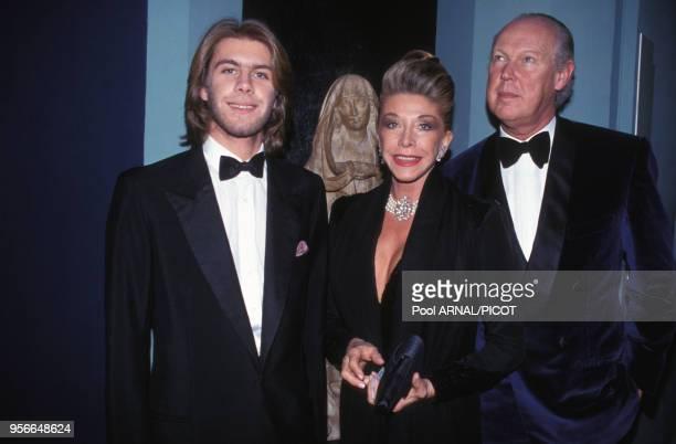 Victor-Emmanuel de Savoie avec sa femme Marina et son fils Emmanuel-Philibert de Savoie lors d'une soirée à Paris en décembre 1992, France.