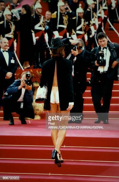Victoria Abril en short et veste ouverte dan le dos au Festival de Cannes en mai 1997, France.