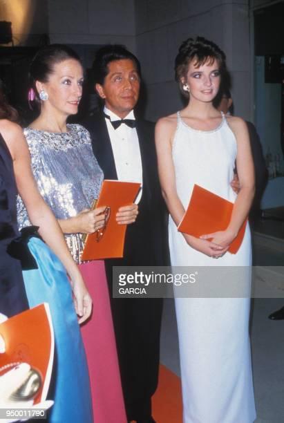 Victoria Brynner et sa mère Doris Kleiner avec le styliste Mario Valentino lors d'une soirée circa 1980 à Paris France