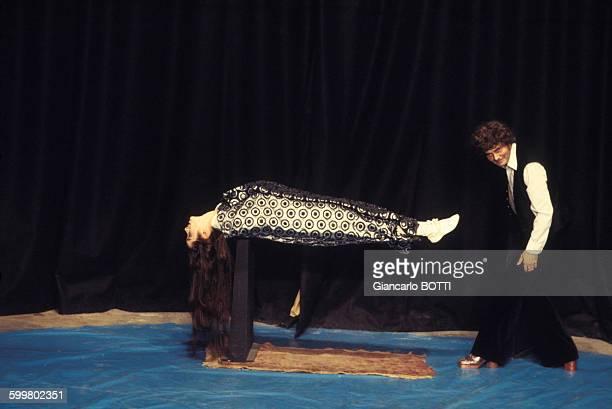 Victoria Chaplin et son mari JeanBaptiste Thierrée lors de leur spectacle du Cirque imaginaire circa 1970 en France