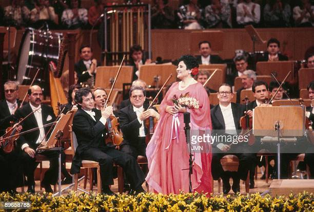 Victoria de los angeles in a performance The singer with a bunch of flowers next to a simphony orchestra