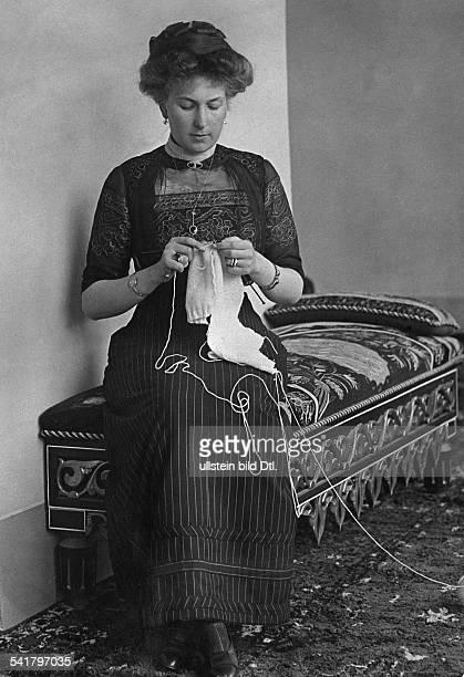 Victoria Eugenia Queen of Spain*24101887 nee Princess Viktoria Eugenie von Battenberg knitting stockings Published by 'Praktische Berlinerin'...