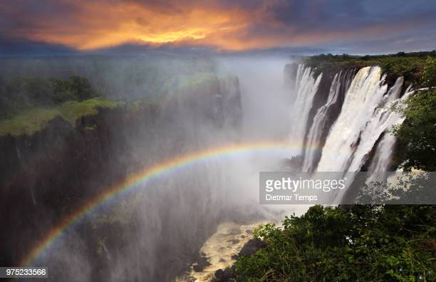 victoria falls sunset with rainbow, zambia - dietmar temps - fotografias e filmes do acervo