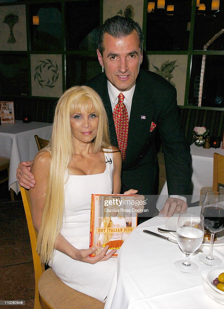 "Victoria Gotti Celebrates the Launch of Her New Book ""Hot Italian Dish"" - May 16, 2006 : News Photo"