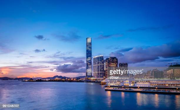 victoria harbour with panoramic view of hong kong city skyline at sunset - victoria harbour hong kong stockfoto's en -beelden