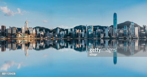 victoria harbour with panoramic view of hong kong city skyline - hongkong 個照片及圖片檔