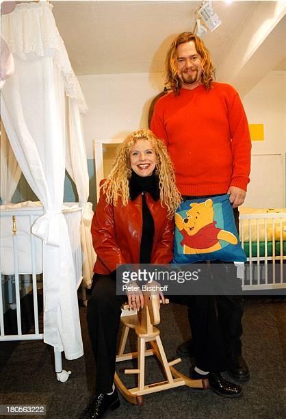 Victoria Herrmann Ehemann FrankSiggelkow Einkaufsbummel BabykaufhausBabykorb Berlin Deutschland Europa BabyBettGitterBett Schaukelpferd...
