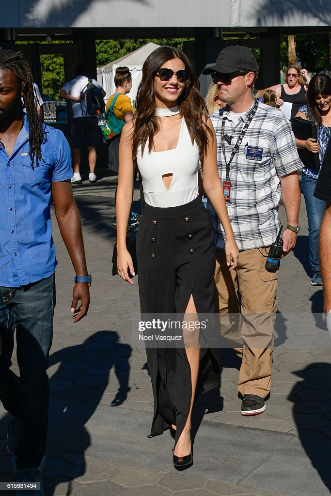 Victoria Justice Visits 'Extra' : News Photo