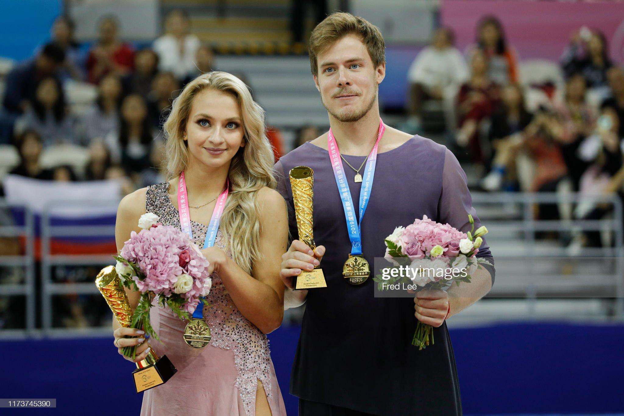 Shanghai Trophy (Invitational). 3-5 октября 2019. Шанхай (Китай) - Страница 7 Victoria-sinitsina-and-nikita-katsalapov-of-russia-pose-in-the-medal-picture-id1173745390?s=2048x2048