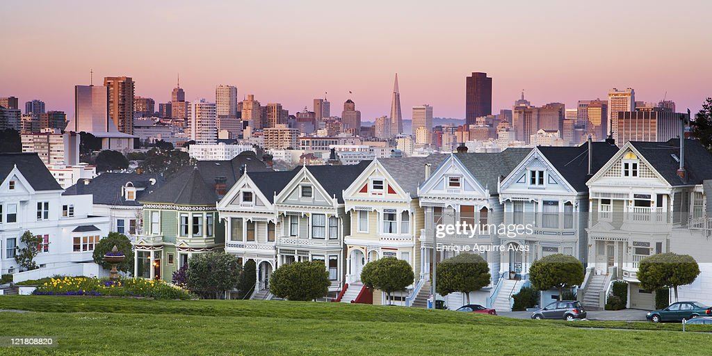 Victorian houses; Painted Ladies of the Alamo Square Historic District and modern skyline of Financial District, San Francisco, California, USA : Stock-Foto
