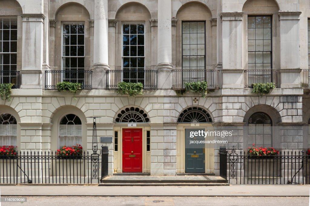 フィッツロイ広場、ロンドン、イングランドのビクトリア様式の建物。 : ストックフォト