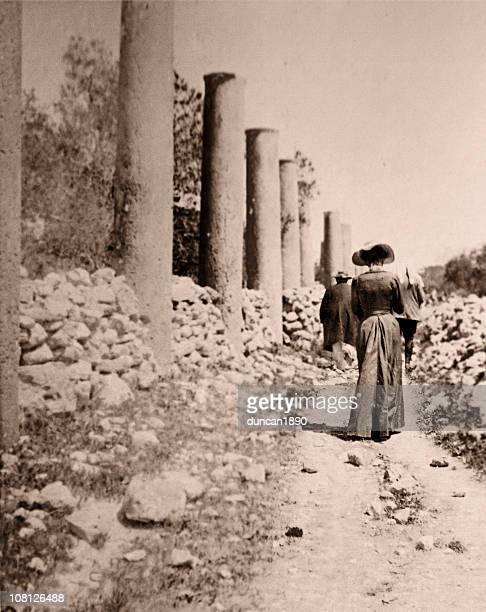 Mujer victoriana caminar por ruta vías, Sepia